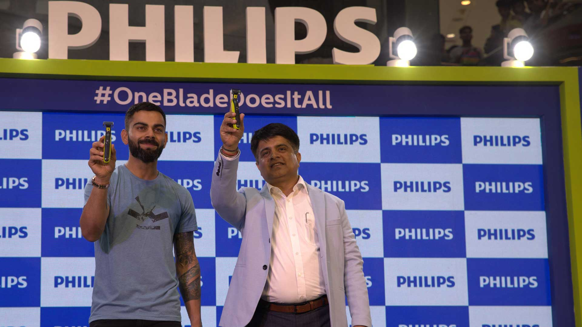 Download image (.jpg) Gulbahar Taurani, President, Personal Health, Philips Indian Subcontinent and Virat Kohli, Brand Ambassador, Philips Male Grooming at the launch of Philips OneBlade (opens in a new window)